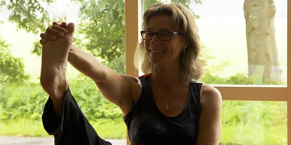Froukje Verhoef doet Do-In yoga oefeningen
